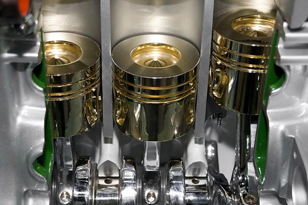 Тонкая, едва видимая пленка масла на компонентах двигателя