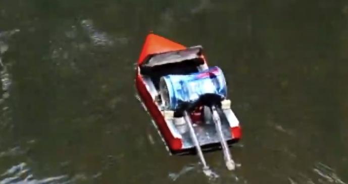 Лодка и двигатель в сборе. Концы трубок должны быть в воде.