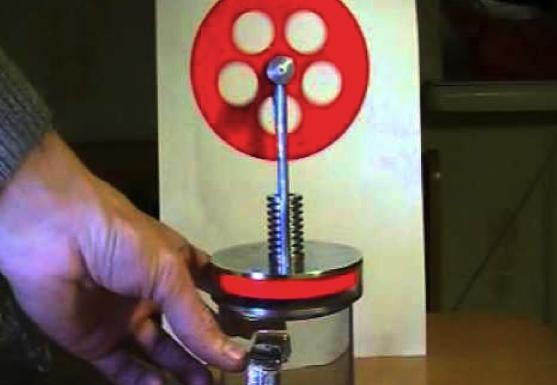Простой двигателя Стирлинга (низкотемпературный) помещается в руку